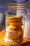 柠檬切片和糖在一个玻璃瓶子 免版税库存照片