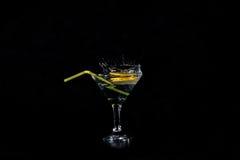 柠檬切片在与鸡尾酒的一块玻璃下降了 库存图片