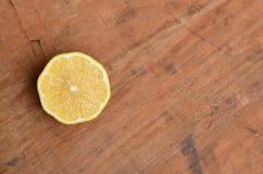 柠檬半在土气木头 免版税库存图片