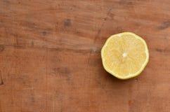 柠檬半在土气木头 库存图片