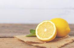 柠檬和一半地方棕色大袋的 图库摄影