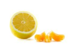 柠檬和三个切片蜜桔 库存照片