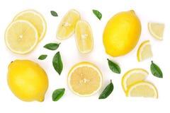 柠檬和切片与在白色背景隔绝的叶子 平的位置,顶视图 免版税库存照片