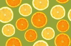 柠檬和桔子切了样式,无缝的背景 库存图片