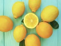 柠檬和桔子区分在蓝色木生气勃勃的柠檬酸样式 图库摄影