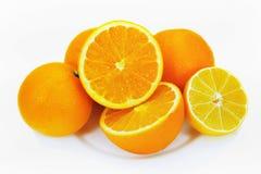柠檬和桔子在板材 图库摄影