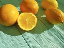 柠檬和桔子在蓝色木 免版税库存图片