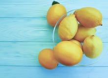 柠檬和桔子果子成熟在蓝色木生气勃勃 库存图片