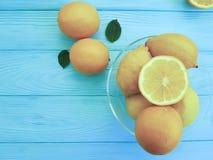 柠檬和桔子果子柠檬酸在蓝色木生气勃勃 库存图片