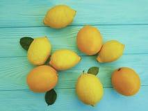 柠檬和桔子编组在蓝色木生气勃勃的水多的柠檬酸样式 库存图片