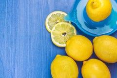 柠檬和榨汁器 库存图片