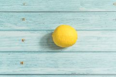 柠檬和深蓝木背景 库存图片