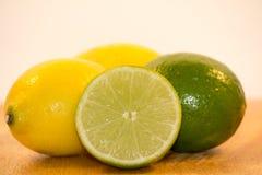 柠檬和石灰木表面上 免版税库存照片