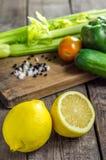 柠檬和菜在桌上 库存图片