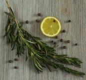 柠檬和迷迭香 免版税库存图片