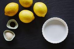 柠檬和饼平底锅在黑暗的板岩制表foodist面包店 免版税库存图片