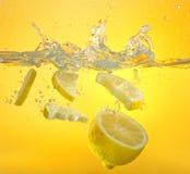 柠檬和水飞溅 免版税库存图片