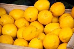柠檬在市场上堆 免版税库存图片