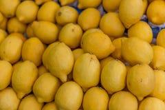 柠檬在市场上 免版税库存图片
