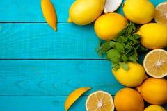 柠檬在明亮的深蓝背景构筑 免版税库存图片