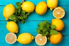 柠檬在明亮的深蓝背景构筑 免版税库存照片