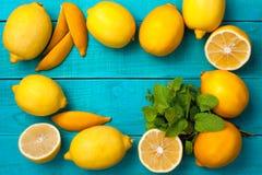 柠檬在明亮的深蓝背景构筑 图库摄影
