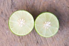 柠檬在木投入的石灰切片 库存图片
