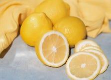 柠檬在桌上 免版税库存照片