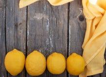 在木背景的柠檬 免版税图库摄影