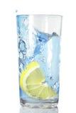 柠檬在水中落 免版税库存图片
