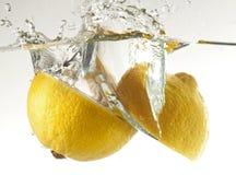 柠檬在水中 免版税库存图片