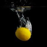 柠檬在水中 免版税库存照片
