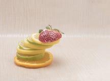 柠檬塔和橙色切片冠上了用草莓 免版税库存图片