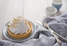 柠檬奶油蛋糕、葡萄酒匙子和叉子 Ð ¡ opy空间 图库摄影
