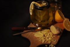 柠檬姜茶用蜂蜜 免版税库存图片