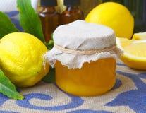 柠檬开花蜂蜜 库存照片