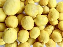柠檬或柠檬,变酸,变酸必须烹调或吃 免版税库存照片