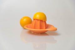 柠檬榨汁器和柠檬白色背景 库存图片