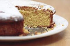 柠檬毛毛雨蛋糕 免版税图库摄影