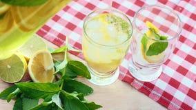 柠檬水从蒸馏瓶倒入两块玻璃 股票视频