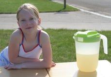 柠檬水摊 库存照片