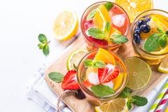 柠檬水用草莓、莓和蓝莓用桔子, l 库存照片