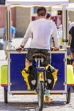 柠檬水的卖主与自行车手推车的 免版税库存照片