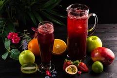 柠檬水蓝莓-在水罐的黑莓和玻璃和果子 免版税库存照片