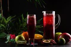 柠檬水蓝莓-在水罐的黑莓和玻璃和果子 库存图片
