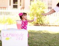 柠檬水销售额立场 免版税库存图片