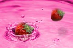 柠檬水飞溅草莓 库存图片
