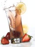 柠檬水飞溅草莓 免版税库存图片