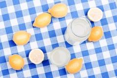 柠檬汁和典型的黄色切了在chalkboar的绿色的柠檬 免版税库存照片