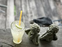 柠檬汁苏打和丘比特雕塑 免版税图库摄影